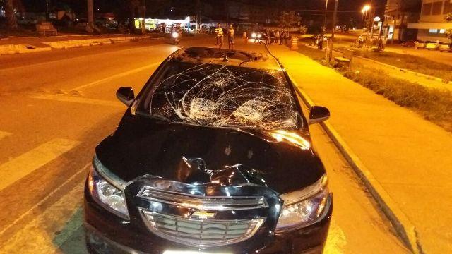 Veículo teve a frente destruída com impacto