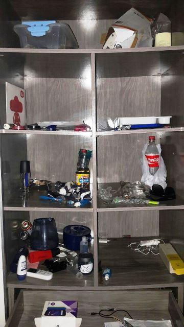 Armário de um dos apartamentos virou depósito