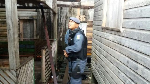 Policiais avistam a maconha em cima do telhado. Fotos: Olho de Boto