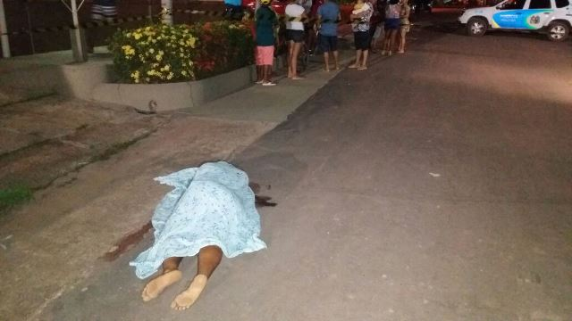 Vítima foi morta co um tiro pelas costas. Fotos: Olho de Boto