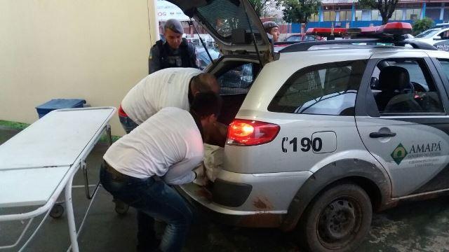 Funcionários do HE tentam retirar bandido da viatura. Fotos: Olho de Boto