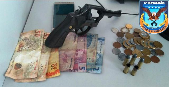 Revólver apreendido na casa, junto com o dinheiro e o celular da vítima