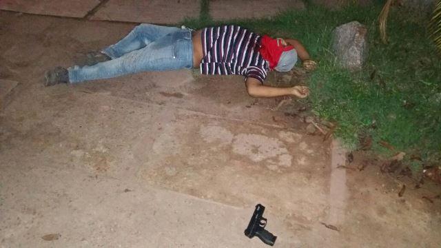 Bandido ao lado da arma de brinquedo. Fotos: Olho de Boto