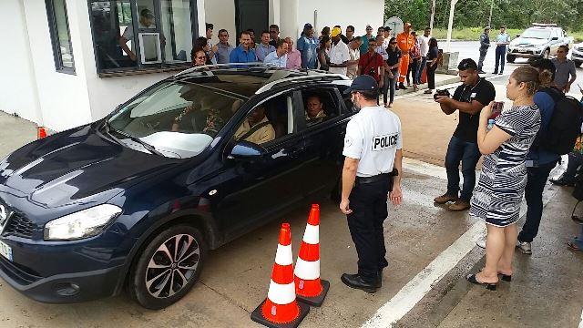 Carro do prefeito de Saint Georges se prepara para a travessia histórica para o Brasil. Fotos: Humberto Baía