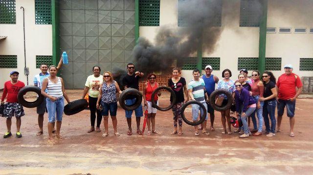 Servidores protestam contra salários atrasados deixados por Dilson Borges