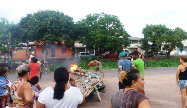 Por volta das 18h, moradores bloquearam a avenida