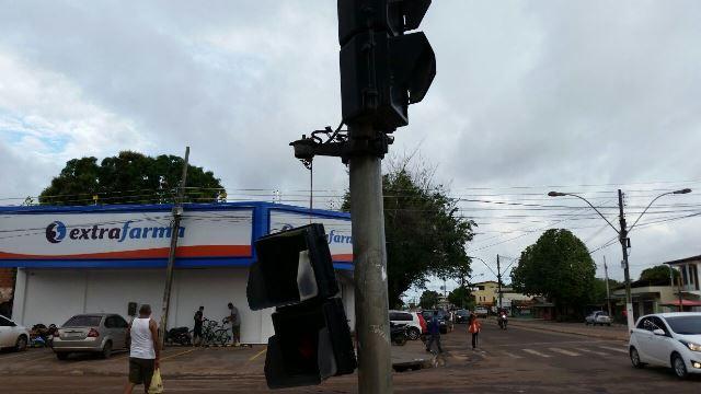 Sinaleira de pedestres foi quebrada por vândalos