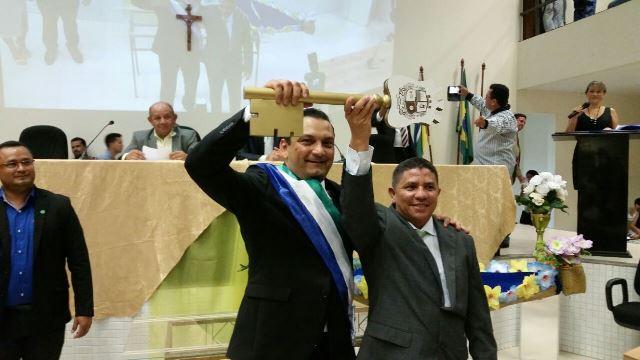 Ofirney Sadala e o vice, Neném do Frango, com a chave da cidade. Robson Rocha não compareceu. Fotos: Fernando Santos