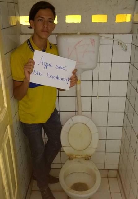 Aluno do Tiradentes protesto contra condições do banheiro