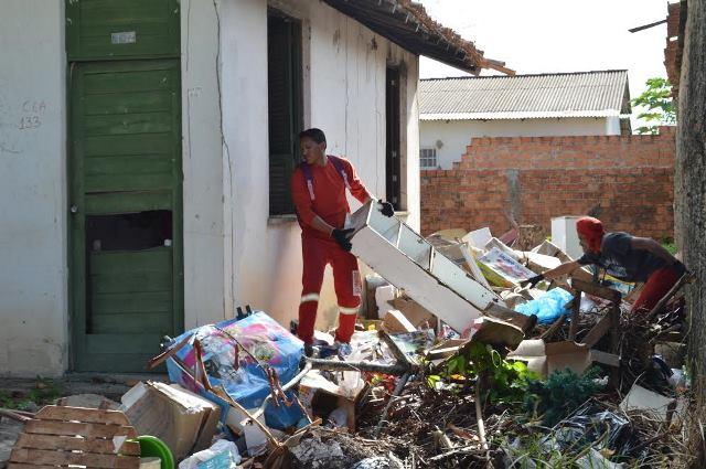 Ao redor da casa, objetos acumulados que atraem ratos, baratas e podem provocar doenças. Fotos: PMM