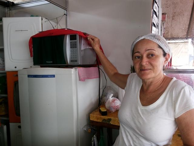 Dona Lucia Cardoso, cobre as coisas para não perder para a chuva