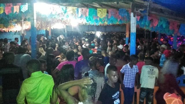 Multidão acompanha programação que atravessa a noite