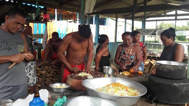Comunidade prepara almoço e jantar, servido gratuitamente para quem vai prestigiar