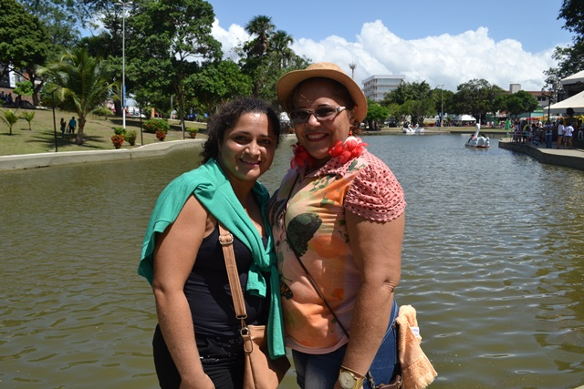 Francisca Santos, de chápeu e sua filha Gilvana Santos.