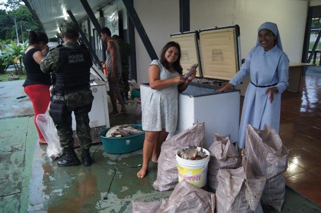 Os mais de 800 kg de pescado apreendido foi doado para entidades. Fotos: Batalhão Ambiental/Divulgação