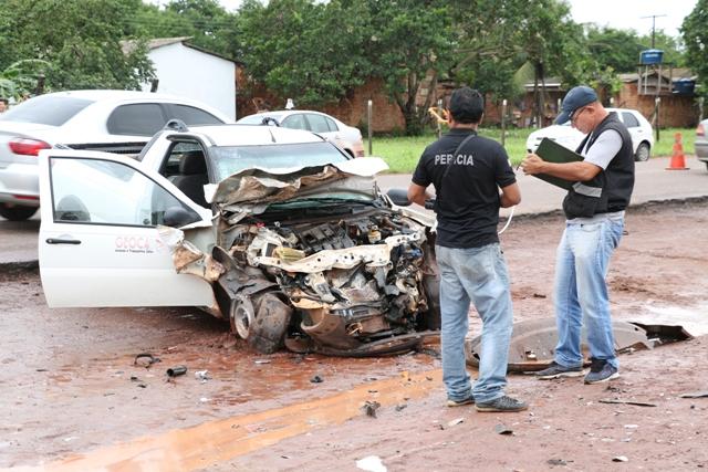 Frente do carro ficou toda amassada. Fotos: Fernando Santos