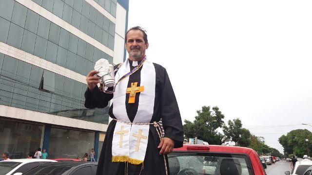 Jorge do Videokê vestido de padre: homenageando o Grande Criador. Fotos: André Silva