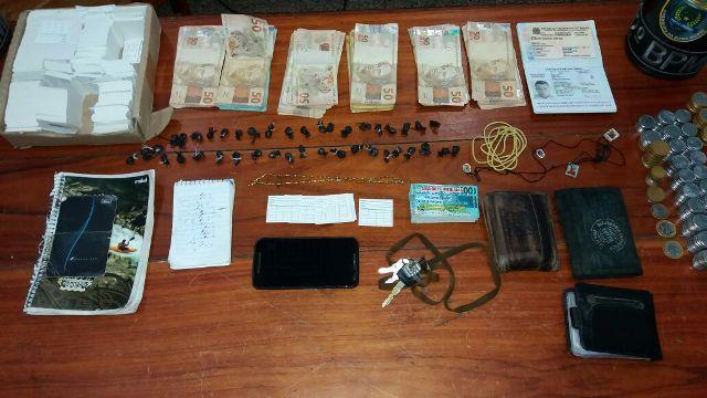 Porções de maconha, dinheiro e caderno de contabilidade foram encontrados