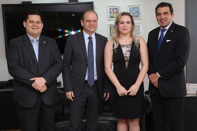 Senador Davi, ministro Ricardo Barros, Beth Pelaes e André Abdon: equipamentos em 60 dias. Foto: Divulgação