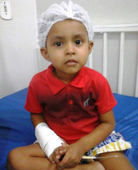 Carlos Guilherme e a mãe já estão em SP, para o tratamento do garoto