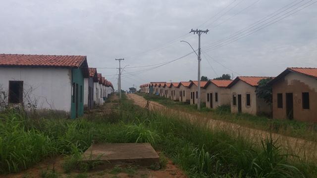 Conjunto Habitacional Buritizal. Obra, que está parada há uma década, foi invadida. Fotos: André Silva