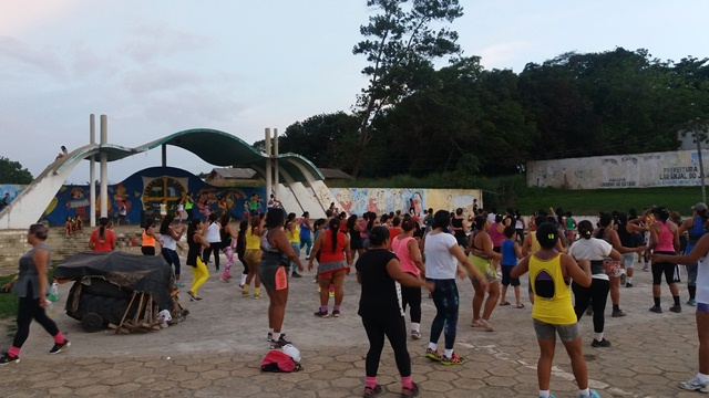 Dezenas de pessoas se encontram na praça do Terminal Rodoviária para as aulas de zumba. Fotos: André Silva