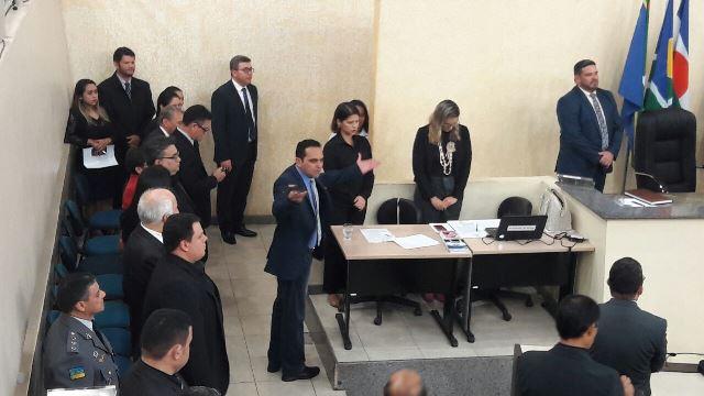 Deputado Paulo Lemos deixa o plenário em protesto