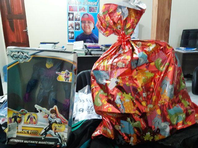 Menino recebeu brinquedos, roupas e uma quantia em dinheiro