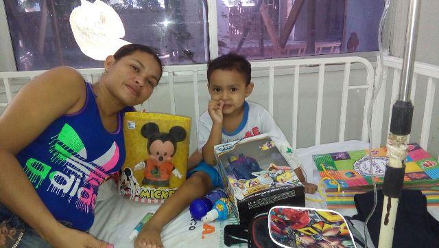 leucemia - menino recebendo donativos