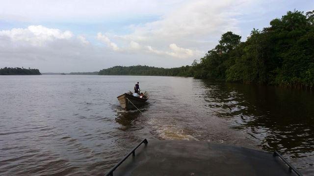 Embarcação apreendida é rebocada para Oiapoque