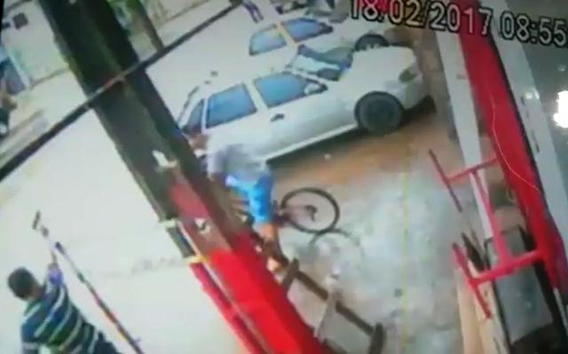 Momento em que o policial atira no agente de portaria. Foto: reprodução