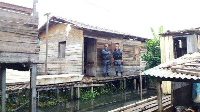 Policiais cercara a casa à espera da Politec