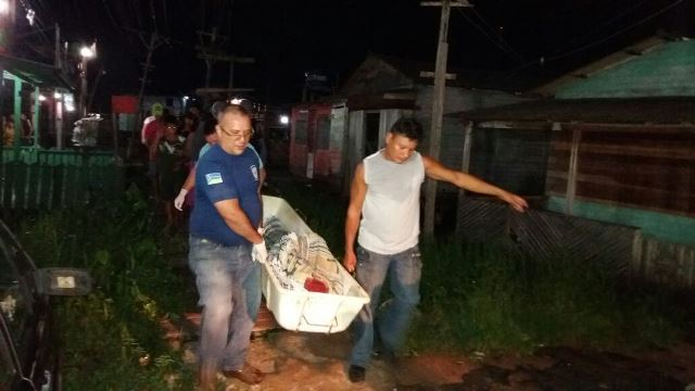 Corpo da vítima é retirado pela Politec. Fotos: Olho de Boto