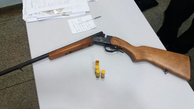 Arma calibre 20 foi encontrada na residência do acusado. Fotos: Olho de Boto