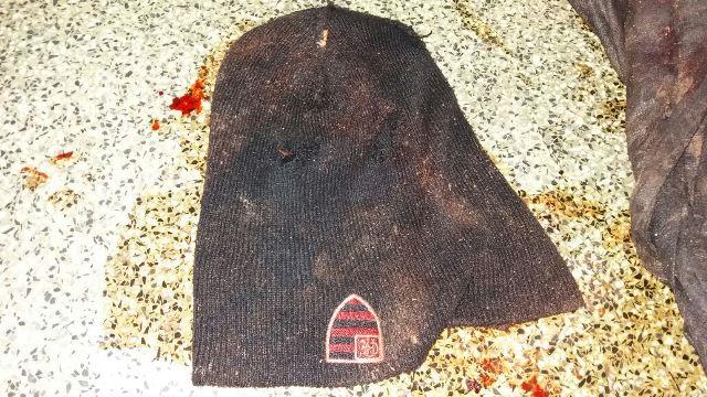 Balaclava ainda suja de sangue usada por um dos bandidos para encobrir o rosto