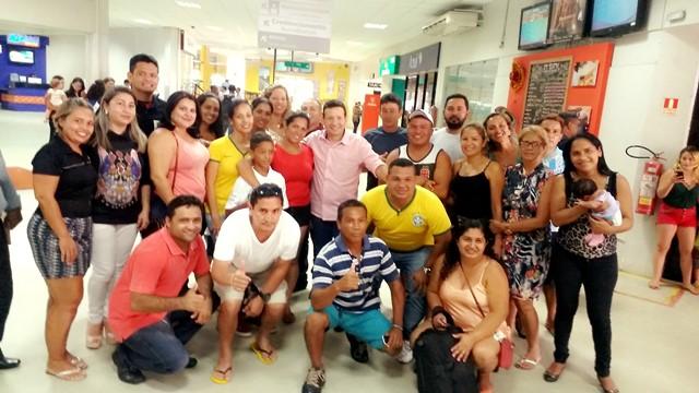 Pais acompanharam o embarque em Macapá, na foto com o presidente da FAF, Roberto Góes