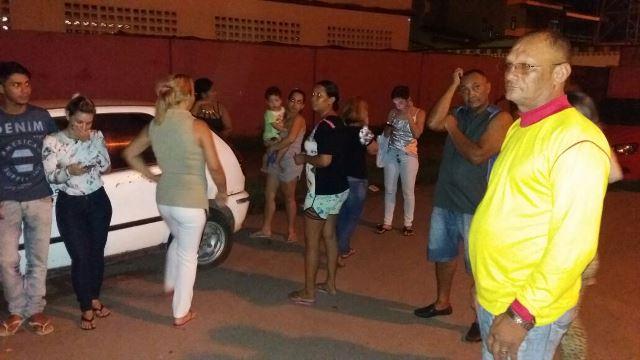 Parentes aguardam chegada do tenente para apresentação no Ciosp do Pacoval. Fotos: Olho de Boto