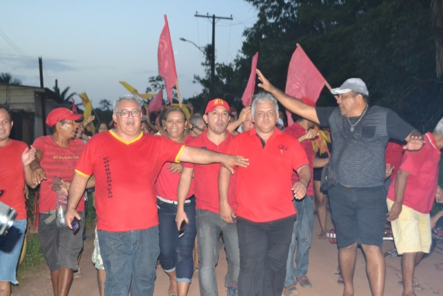 Novo prefeito de Calçoene cercado de militantes em caminhada comemorando a vitória. Fotos: Cássia Lima