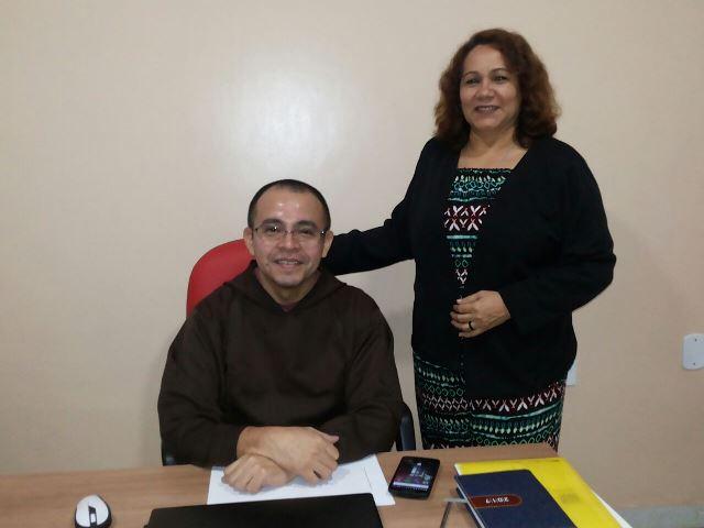 Frei Carlos e Ivanete Mendes que são coordenadores do Centro. Eles pedem ajuda de voluntários
