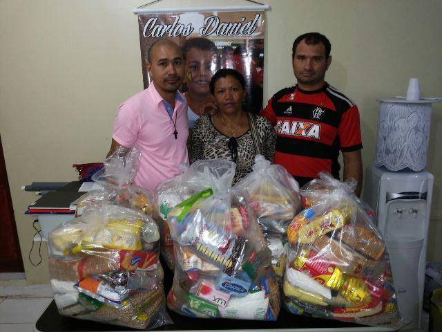 Ong doa cestas de alimentos para familiares