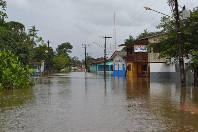Rua da orla, toda no fundo desde a madrugada de sexta. Foto: Cássia Lima