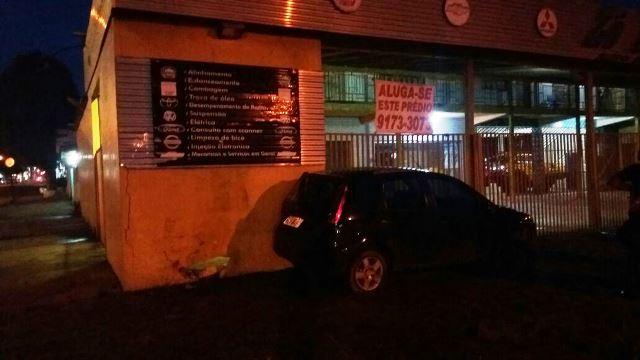 Carro parou no muro e os ocupantes saíram do carro cambaleantes