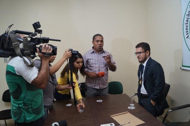 Delegado Luiz Carlos Gomes Júnior conversa com jornalistas. Fotos: Adepol/Divulgação