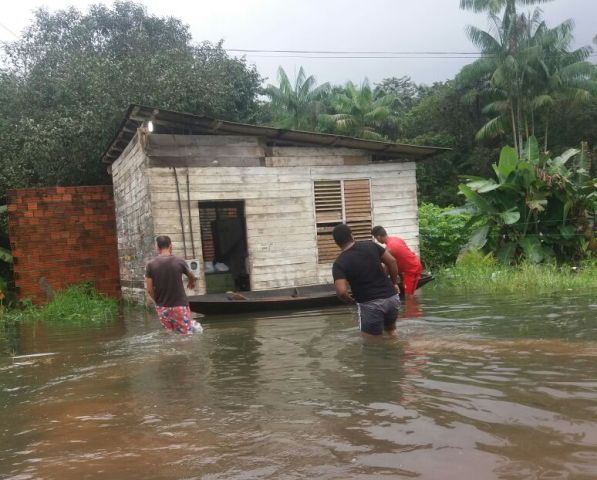 Casas começam a ser invadidas pela água. Fotos: