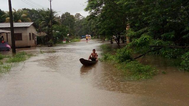 Moradores usam canoa como meio de transporte