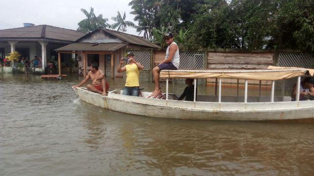 Moradores usam barcos como transporte