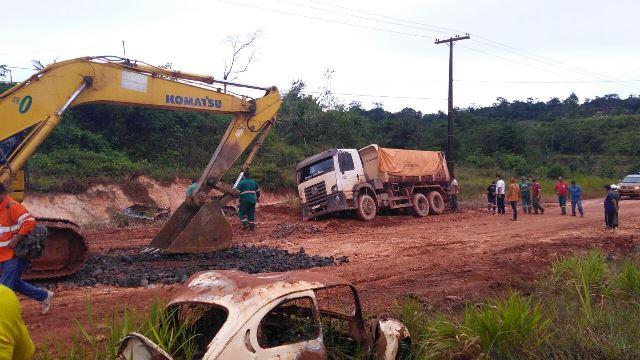 caminhão ficou no meio da lama. Fotos: Elsonias Correa