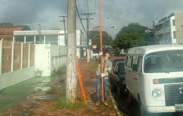 Técnico corta energia do centro na manhã desta quarta, 29. Fotos: enviadas pela coordenação dos Capuchinhos