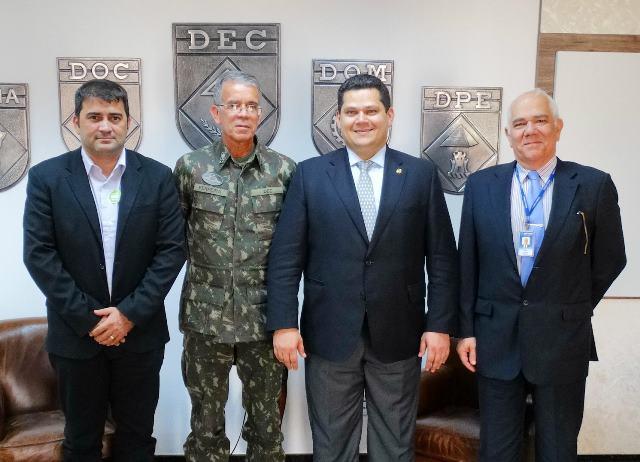 Davi com o prefeito Márcio Serrão, de Laranjal do Jari, no Departamento de Engenharia do Exército