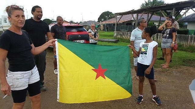 Manifestante com a bandeira da Guiana